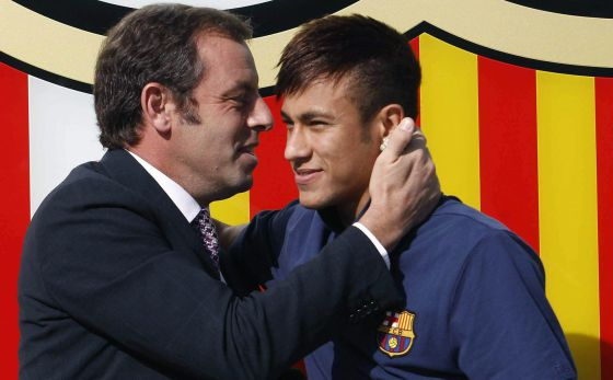 Rosell abraça a Neymar no dia de sua apresentação.