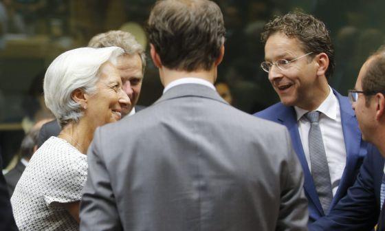 A diretora do Fundo Monetário Internacional, Christine Lagarde, conversa com o presidente do Eurogrupo, Jeroen Dijsselbloem.