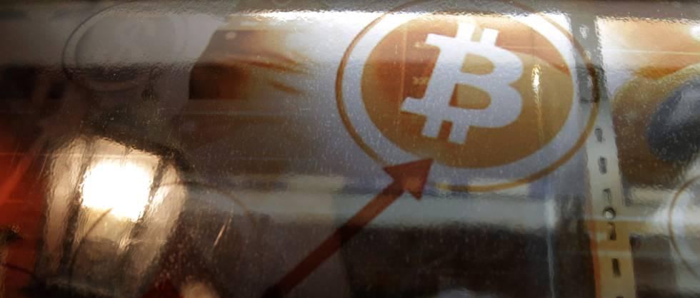 Homem usa um caixa eletrônico para bitcoins em Hong Kong.