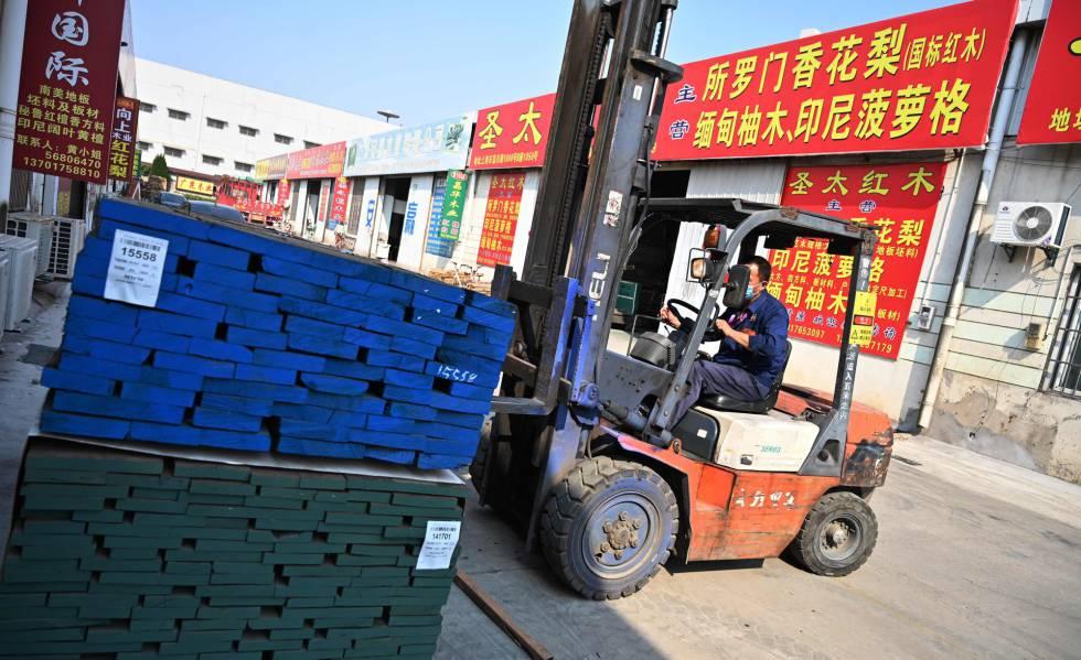 Funcionário movimenta cargas em uma fábrica de Xangai (China).