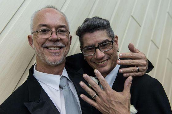 Jorge Ferreira e Alex Magalhães exibem as alianças recém-trocadas. AFP PHOTO / YASUYOSHI CHIBA