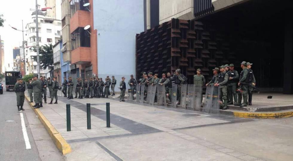Forças de segurança em frente ao prédio da Procuradoria venezuelana.
