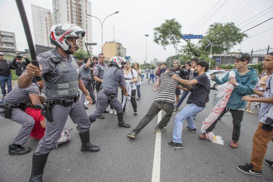Policiais reprimem ato de estudantes nesta quarta em SP.