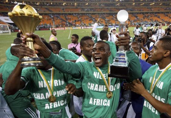 Emenike, da Nigéria, levanta o troféu na última Copa da África.
