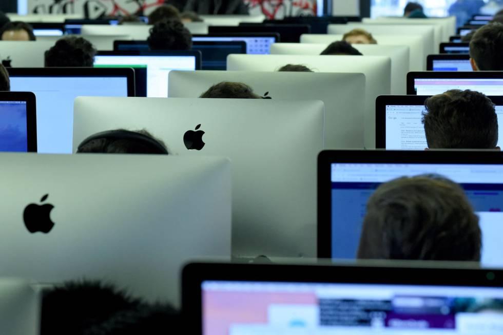 Estudantes em uma escola de programação em Paris.