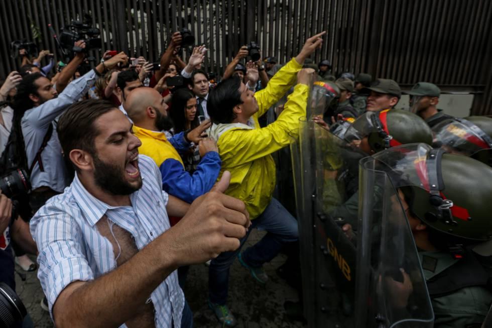 Deputados da oposição protestam diante do Tribunal Supremo, nesta quinta.