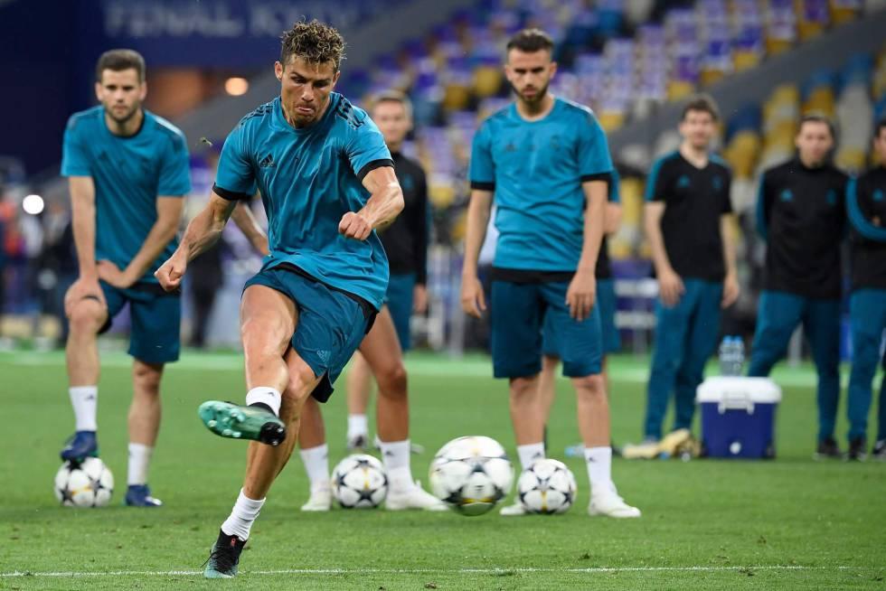 Cristiano Ronaldo e colegas do Real Madrid treinam no Olympic Stadium, em Kiev.