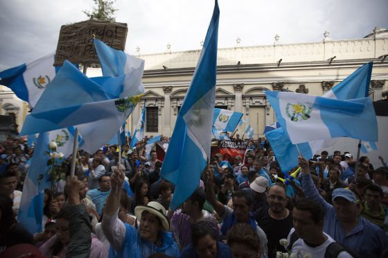 Manifestantes em frente ao Congresso guatemalteco exigem a demissão do presidente.