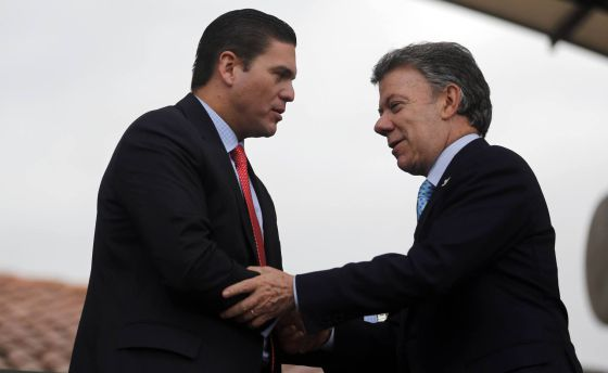 O presidente Santos cumprimenta o ministro da Defesa.