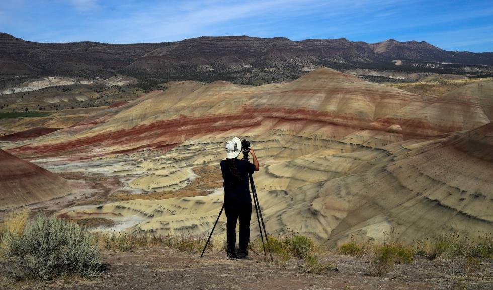 Fotógrafo se prepara para registrar o eclipse solar total em Painted Hills, região de Oregon, nos EUA.