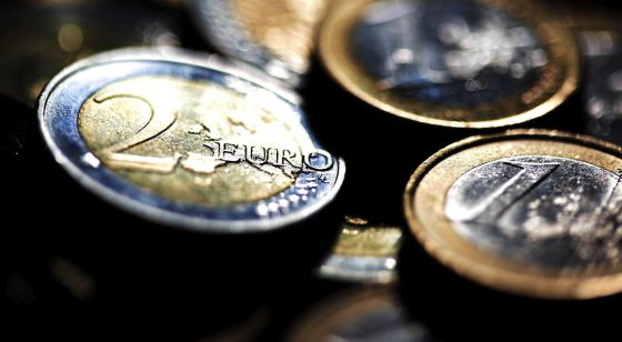 Detalhe de várias moedas de euro.