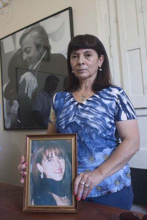 Susana Trimarco posa com uma foto de sua filha.