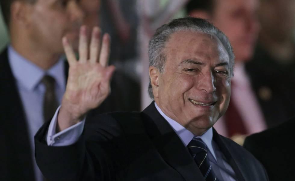 Michel Temer deixa o hospital em Brasília, nesta quarta.
