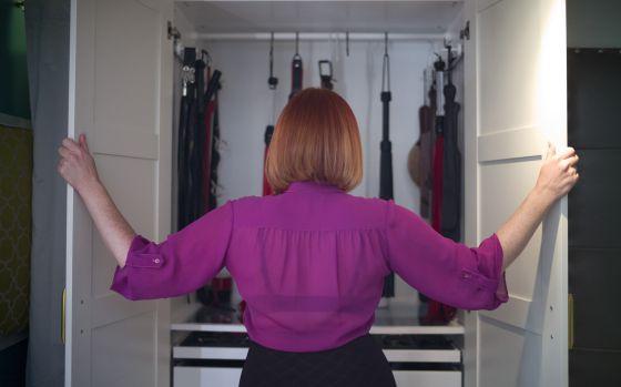 Grace Marie, uma dominatrix que anuncia seus serviços pela internet, posa em Los Angeles.