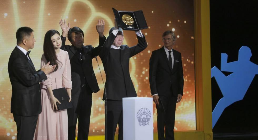 O diretor Xiaogang Feng levanta a Concha de Ouro, acompanhado de sua equipe e da atriz Fan Bingbing em San Sebastián (Espanha).