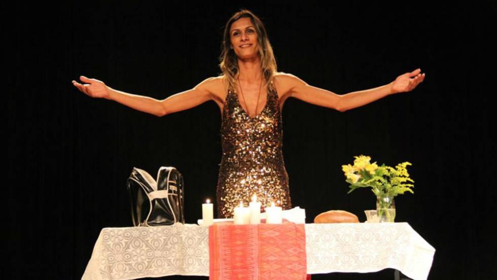 Renata Carvalho interpreta Jesus na peça 'O Evangelho Segundo Jesus Cristo, Rainha do Céu'.