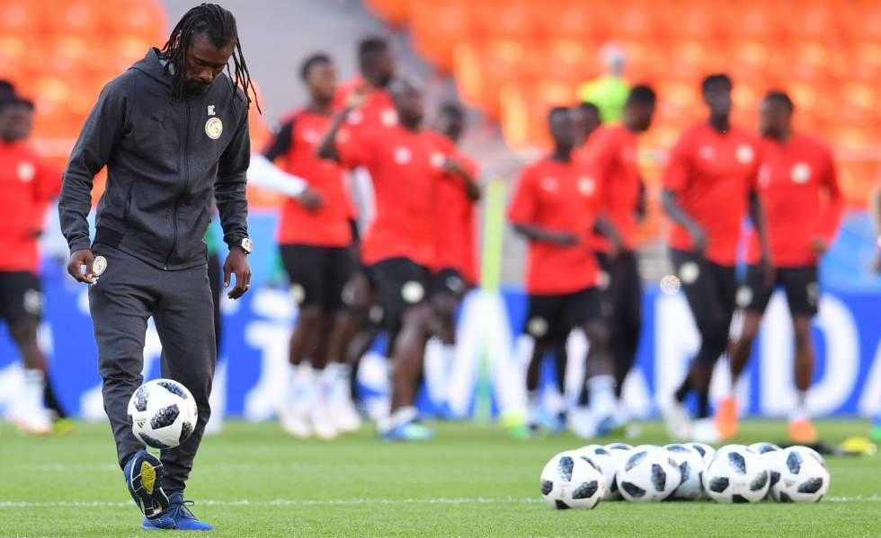 O treinador senegalês Aliou Cisse controla a bola em treino para a partida contra o Japão.