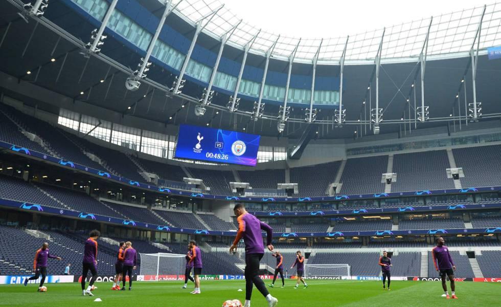 Manchester City treina no novo estádio do Tottenham.