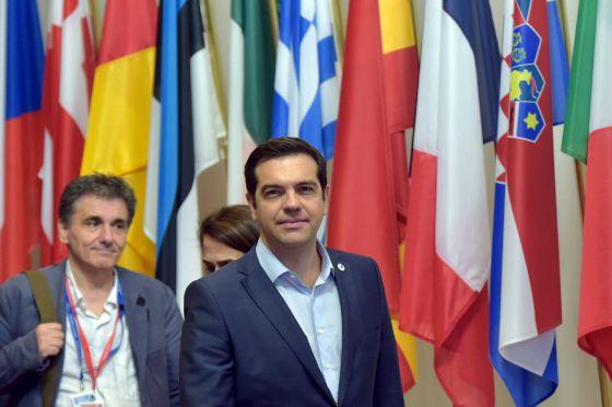 Alexis Tsipras e o ministro de Finanças, Euclides Tsakalotos, saem da reunião em Bruxelas.