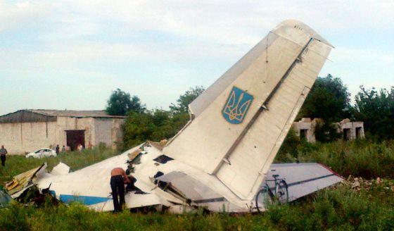 Restos do avião ucraniano derrubado na fronteira com a Rússia.