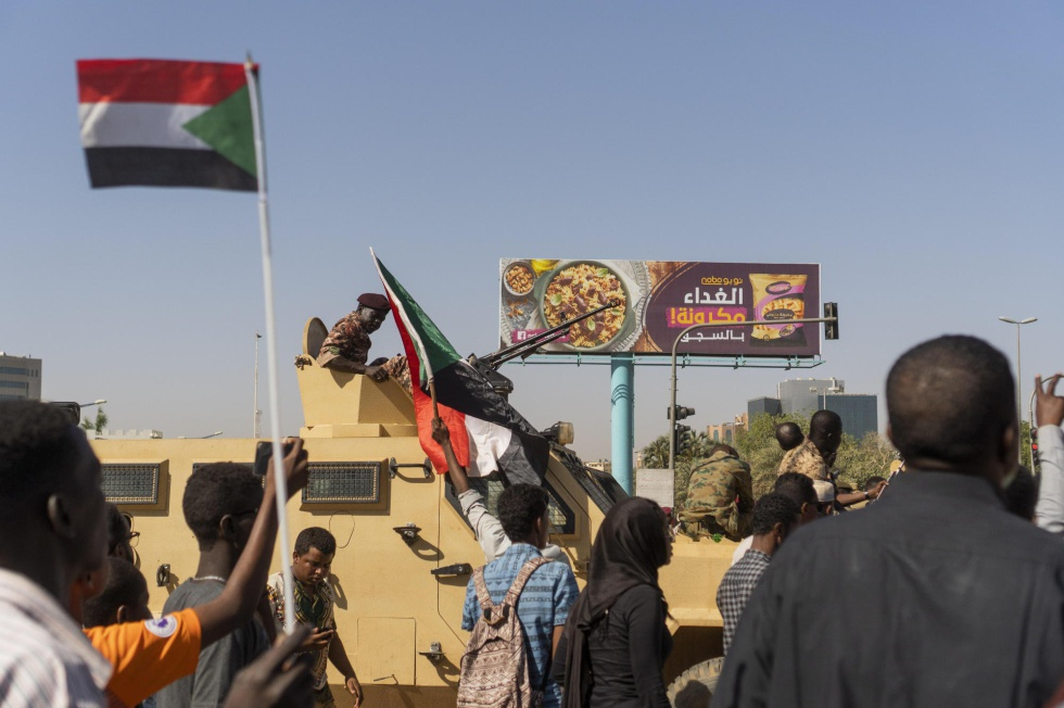 Dezenas de pessoas participam de protesto nesta terça-feira exigindo a saída do presidente sudanês, Omar al-Bashir, em Cartum.