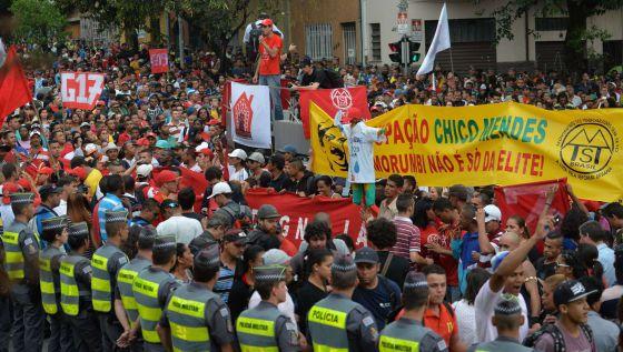 Grupo de sem-teto em protesto na zona oeste de São Paulo.
