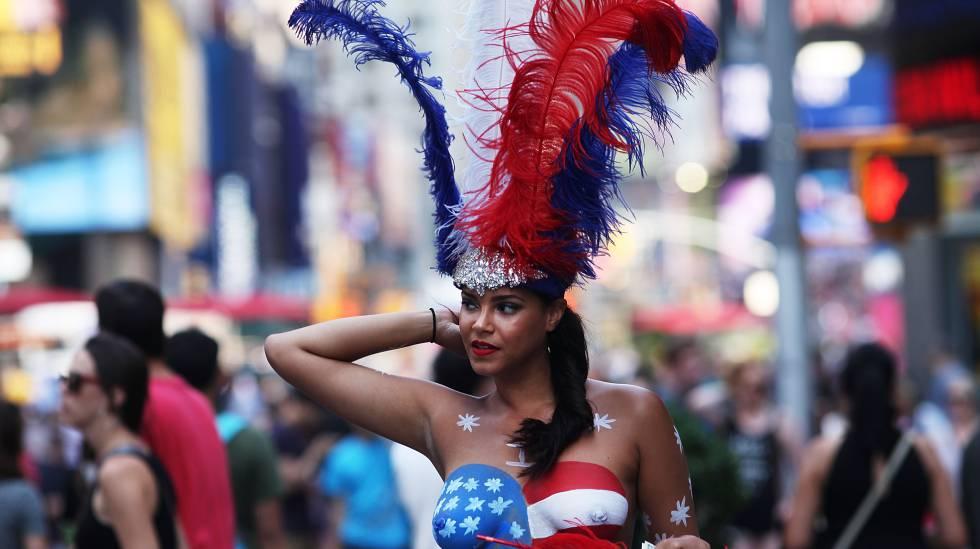 Um modelo semidesnuda passeia por Times Square, em Nova York.