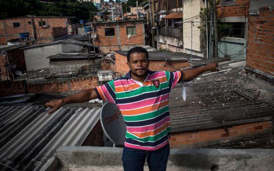Claudinho, no topo de sua casa na favela Monte Azul.