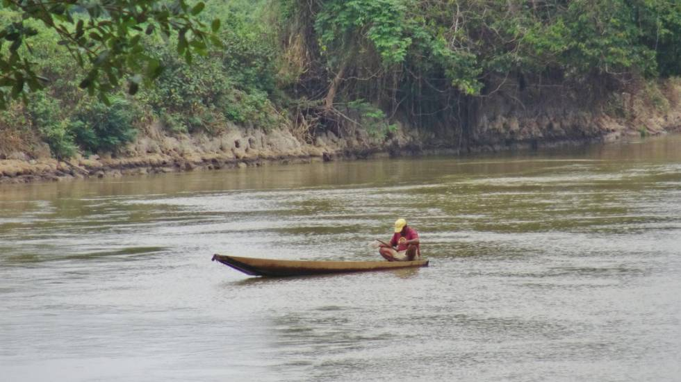 Índio Guató em sua cano na TI Baía dos Guató