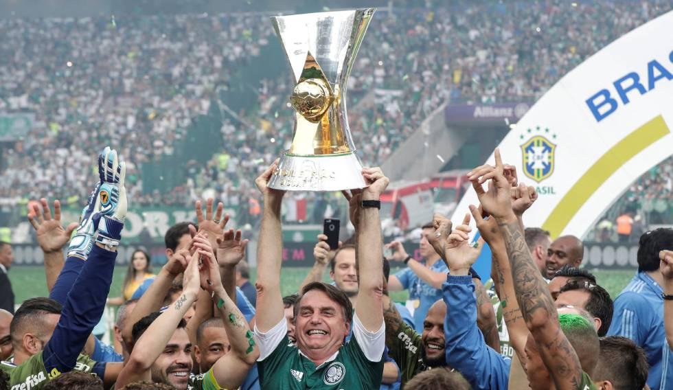 Bolsonaro ergue a taça de campeão do Palmeiras no Allianz Parque.