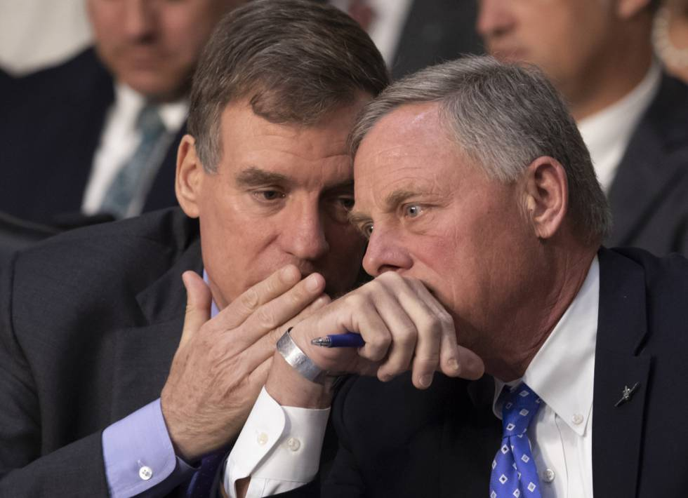 O democrata Mark Warner (à esquerda) e o republicano Richard Burr, respectivamente vice-presidente e presidente do Comitê de Inteligência do Senado, em 9 de maio.