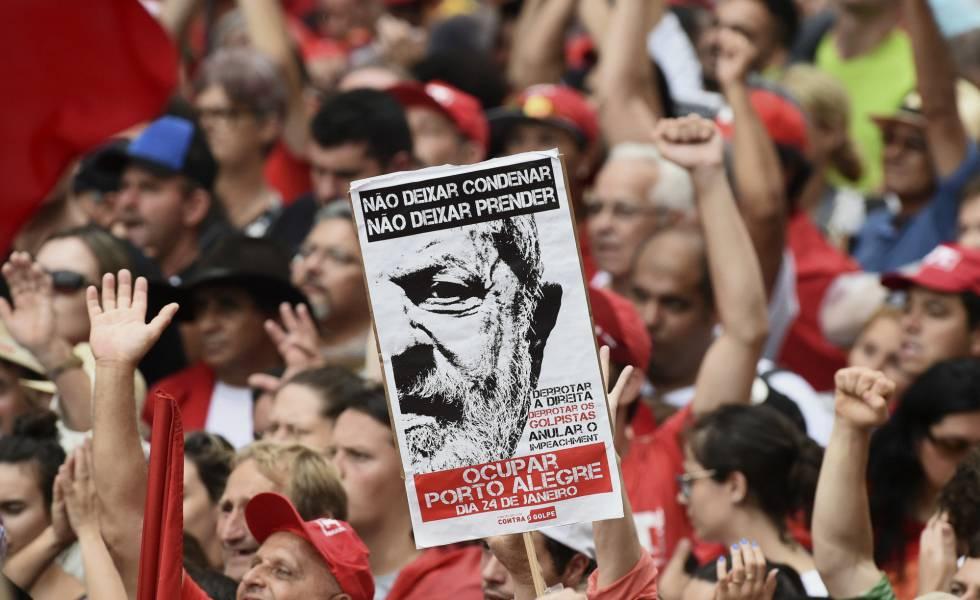 Manifestantes durante protesto a favor de Lula em Porto Alegre.
