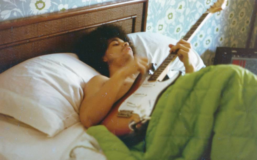 Prince toca guitarra na cama em 1986.
