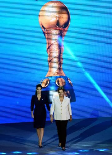 À direita, Dilma Rousseff, presidenta do Brasil, durante a celebração da Copa do Mundo de Futebol no Rio, em 2014.