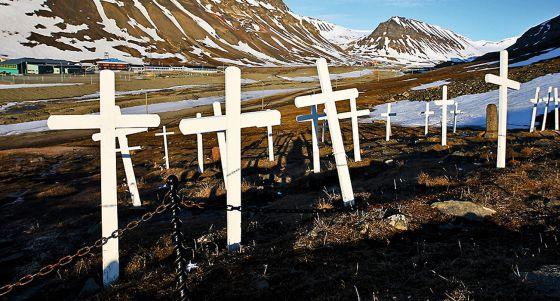 O cemitério de Longyearbyen, no arquipélago de Svalbard, não recebe novos inquilinos desde que se proibiu enterrar ninguém mais na ilha nos anos 30.