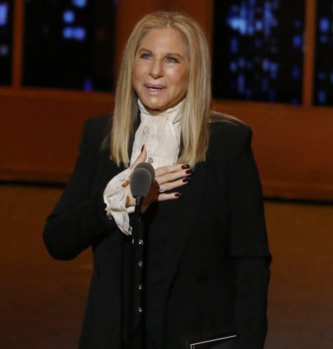 """<p>La cantante y actriz Barbra Streisand ha sido y sigue siendo un icono para la comunidad LGTB por sus largos año de apoyo y lucha al colectivo. En su carta, la artista recuerda que la primera vez que cantó para un público que había pagado para verla fue en el club gay The Lion de Greenwich, cuando tenía 18 años.</p> <br> <p> <p> """"La comunidad gay me apoyó desde el principio, y siempre estaré agradecida"""", escribe en una carta en la que recuerda que durante 25 años trató de llevar a la gran pantalla la obra 'The Nornal Heart', """"una poderosa historia sobre el derecho de todo el mundo a amar"""". """"Hoy el matrimonio igualitario es la ley, y eso merece un brindis, por todos nosotros, porque todos somos únicos y bellos a nuestra manera y con derecho a amar y a ser amados por quienes elijamos"""".</p> <br> <p>"""