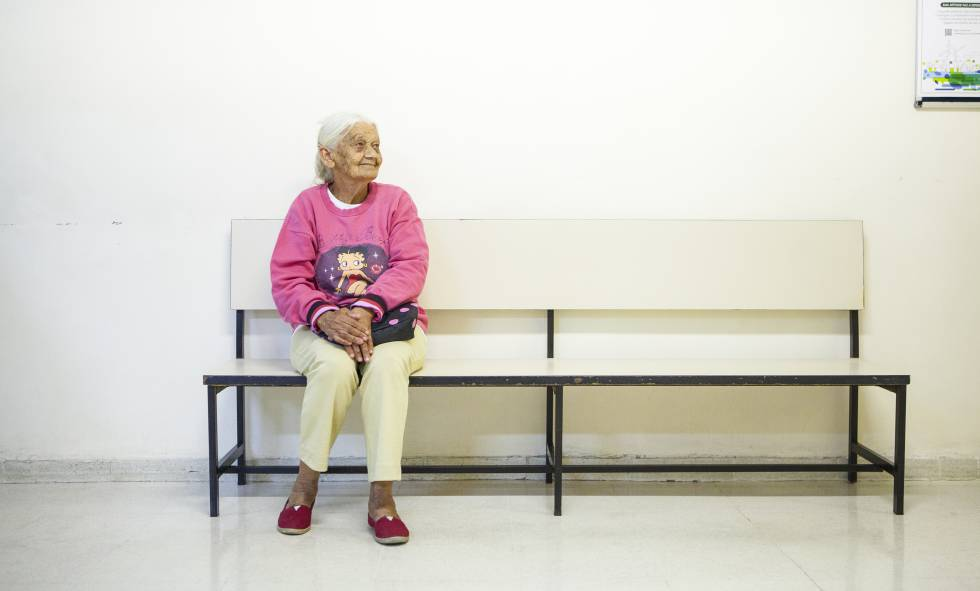 Dona Geralda aguarda no Fórum, em São Paulo.