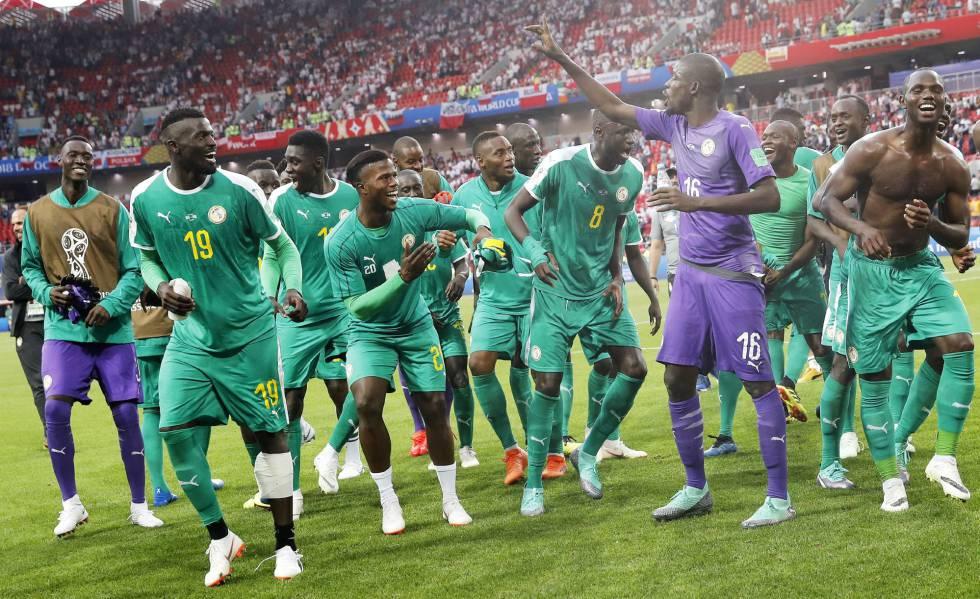 Jogadores de Senegal celebram vitória contra a Polônia.