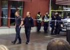 Mascarado ataca colégio, deixando outras três pessoas feridas. Agressor foi baleado pela polícia e levado para hospital