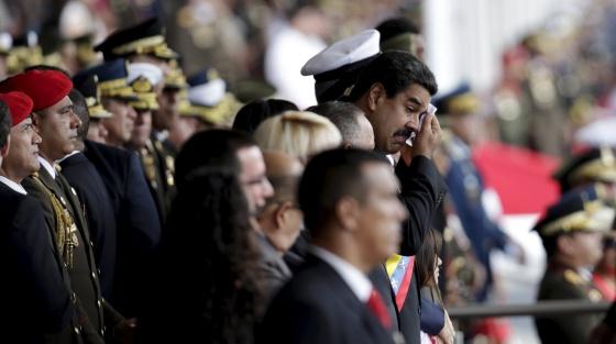 O presidente Maduro, ao fundo, em um ato em Caracas.