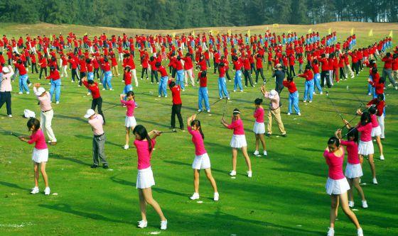 Centenas de jogadores treinam golfe em Hainan (China).