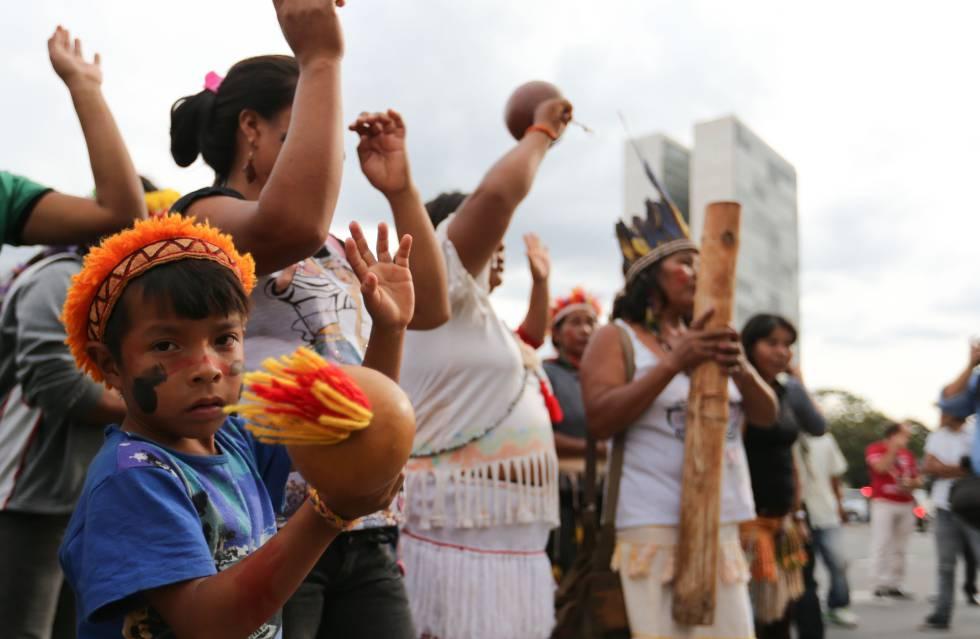 Índios guarani-kaiowá protestam em frente ao Palácio do Planalto contra retrocessos nas políticas de demarcação de terras no dia 17 de maio.