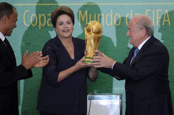 Dilma recebe a taça da Copa do presidente da FIFA, Joseph Blatter, em 2 de junho
