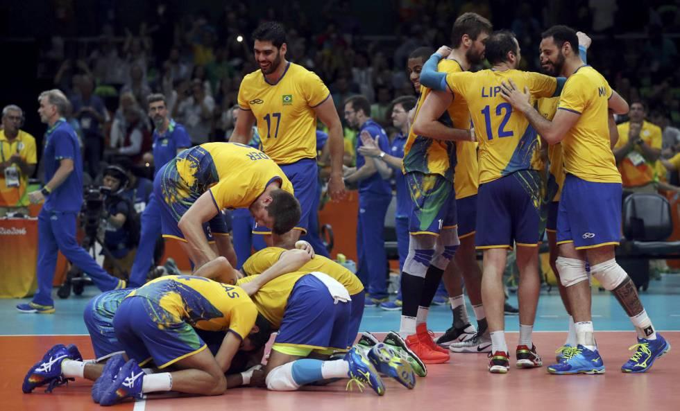 Os jogadores brasileiros celebram a vitória.