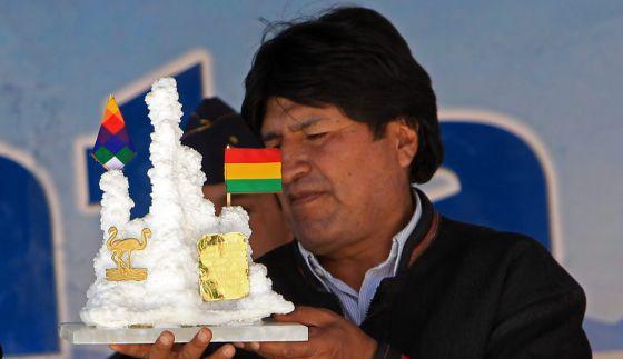 Morales recebe presente de trabalhador de uma fábrica de lítio.