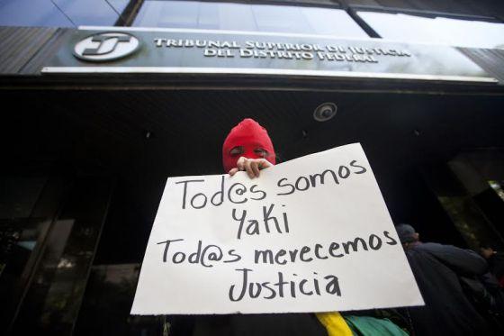 Um manifestante apoia Yakiri em tribunal do México.