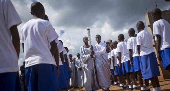 Alunos recordam os 20 anos do genocídio de Ruanda.