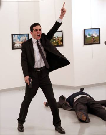Imagem do fotógrafo turco Burhan Ozbilici, ganhadora do World Press Photo.