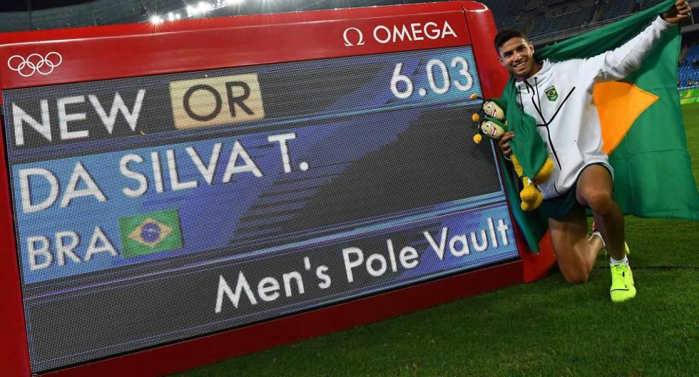 Thiago posa ao lado do novo recorde olímpico.