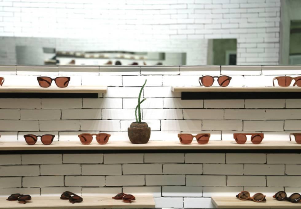Óculos da carioca Zerezes, de madeira de aproveitamento, exportados para Europa e EUA.